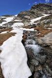 Пейзаж высокой горы с озером и снежком Стоковая Фотография RF