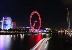 Пейзаж глаза Лондона - гигантское колесо ночи ferris на южном береге реки Темза Лондона Великобритании стоковые фото