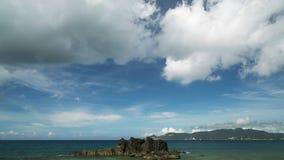 Пейзаж голубых моря и облачного неба Стоковое фото RF