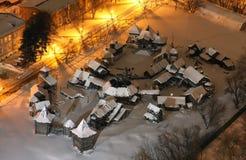 Пейзаж деревянного славянского размера деревни полностью с снегом, на ноче стоковое фото rf