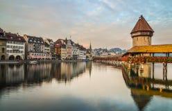 Пейзаж захода солнца моста часовни в Luzern стоковая фотография rf