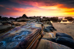 Пейзаж захода солнца Seascape на пляже Sawarna, Banten, Индонезии стоковая фотография rf