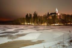 Пейзаж зимы с замороженным озером на ноче стоковое фото