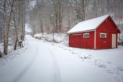 Пейзаж зимы с красным деревянным домом стоковое изображение