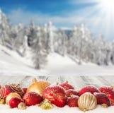 Пейзаж зимы с шариками рождества Стоковое фото RF
