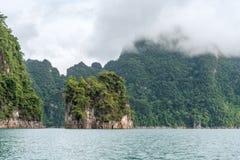 Пейзаж изумрудных озера, леса и горы Запруда Lan Cheow стоковые фото