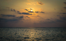 Пейзаж моря под солнечным лучом стоковые изображения