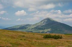 Пейзаж неимоверной украинской прикарпатской горы Стоковое фото RF