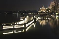 Пейзаж ночи в западном озере Ханчжоу, Китая Стоковое Изображение RF