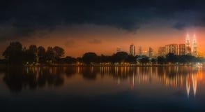 Пейзаж ночи Куалаа-Лумпур, дворец культуры Стоковое Изображение RF