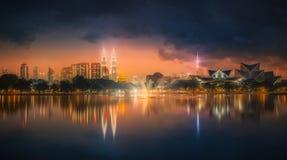 Пейзаж ночи Куалаа-Лумпур, дворец культуры Стоковые Изображения