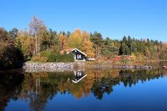 Пейзаж озера осен вокруг Стоковое Изображение