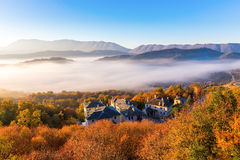 пейзаж осени вверх раньше с туманом в Zagorochoria, Epirus Греции стоковое фото