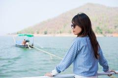 Пейзаж просмотра уединённого момента молодой женщины стоящий на шлюпке фронт Стоковые Фото