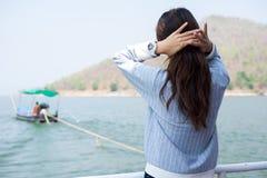 Пейзаж просмотра уединённого момента молодой женщины стоящий на шлюпке фронт Стоковые Фотографии RF