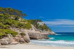 Пейзаж скал пляжа Cala Mitjana Стоковое Фото