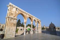 Пейзаж старого городка Иерусалима со сводами и мечетью парадный вход, который нужно придать куполообразную форму утеса мусульманс стоковое изображение rf