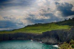 пейзаж с берегом океана в Астурии, Испании Стоковые Фотографии RF