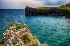 пейзаж с берегом океана в Астурии, Испании Стоковая Фотография