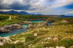 пейзаж с берегом океана в Астурии, Испании Стоковые Изображения