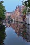 Пейзаж с каналом воды в Брюгге, Бельгии стоковое изображение