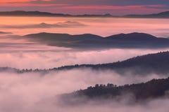 Пейзаж утра в атмосфере горы туманной стоковое изображение rf