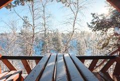 Пейзаж утра зимы, деревянная беседка обозревая древесину снега стоковая фотография rf
