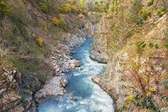 Пейзаж ущелья горы с рекой Стоковая Фотография
