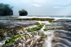 Пейзаж Seascape красивого коралла на Sawarna, Banten, Индонезии Стоковое Фото