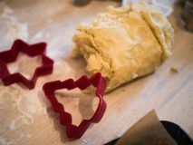 Пекарня рождества: конец-вверх теста печенья и различного печенья стоковые изображения rf