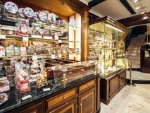 Пекарня Riss в интерьере страсбурга со множественными помадками стоковые фото