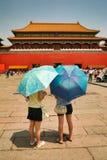 Пекин, Китай 06/06/2018 2 китайских туристов девушек стоит перед полуденными воротами - входом к запретному городу под bl стоковые изображения rf