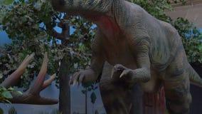 ПЕКИН, КИТАЙ - 22-ОЕ ОКТЯБРЯ 2018: двигая модель динозавра tyrannosaur в музее акции видеоматериалы