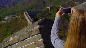 ПЕКИН, КИТАЙ - 29-ОЕ ОКТЯБРЯ 2018: Slowmotion съемка женщины которая фотографирует на ее мобильном телефоне Китая большого видеоматериал