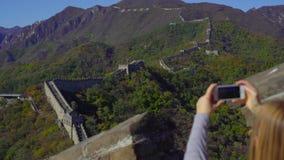 ПЕКИН, КИТАЙ - 29-ОЕ ОКТЯБРЯ 2018: Slowmotion съемка женщины которая фотографирует на ее мобильном телефоне Китая большого сток-видео