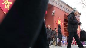 Пекин, Китай 2-ое февраля 2014: В холоде, люди все еще идут вне для виска справедливо в парк Ditan во время китайского фестиваля  акции видеоматериалы