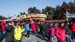 Пекин, Китай 2-ое февраля 2014: Люди идут пропуск стойками игрушек на виске справедливо во время китайского фестиваля весны в Пек акции видеоматериалы