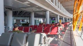 ПЕКИН, КИТАЙ - 1-ОЕ ЯНВАРЯ 2018: Авиапорт Китая в Пекине Терминальный авиапорт при пассажиры ждать отклонение стоковое изображение