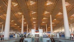 ПЕКИН, КИТАЙ - 1-ОЕ ЯНВАРЯ 2018: Авиапорт Китая в Пекине Терминальный авиапорт при пассажиры ждать отклонение стоковое фото rf