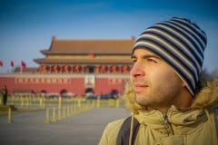 ПЕКИН, КИТАЙ - 29-ОЕ ЯНВАРЯ 2017: Испанский турист на смотреть Tianmen квадратный вокруг, известное здание запретного города внут Стоковое Изображение