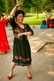 Пекин, Китай 07 06 Счастливая женщина 2018 в черном танце платья в парке стоковое фото