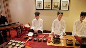 Пекин - 1-ОЕ НОЯБРЯ: Одетый в традиционной одежде Китае, люди выполняя китайскую старую церемонию чая, 1-ое ноября 2014 сток-видео