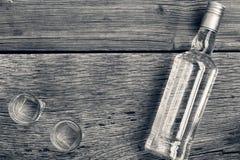 Пекин, фото Китая светотеневое Роскошь ВОДОЧКИ Водочка в бутылке и стеклах на предпосылке древесины Стоковые Фото