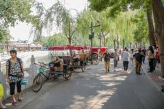 Пекин Pedicabs на озере Qianhai берега Стоковая Фотография