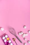 Пекущ или варящ рамку предпосылки Ингридиенты, утвари кухни для печь тортов Десерт меренги сделанный из яичек Космос текста Стоковая Фотография RF