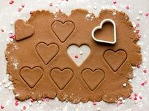 Пекущ домодельное сердце печений на день валентинки, осмотрите сверху Стоковое Изображение