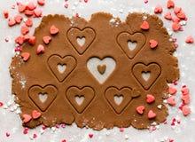 Пекущ домодельное сердце печений на день валентинки, осмотрите сверху Стоковая Фотография RF