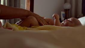 Пеленка младенца матери изменяя видеоматериал