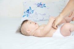 Пеленка папы изменяя на ребёнке на кровати, изменяя ворсистом, обычной жизни стоковые изображения