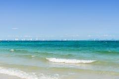 Пена волны моря бирюзы на пляже Kholan, Паттайя, Таиланде Стоковая Фотография RF